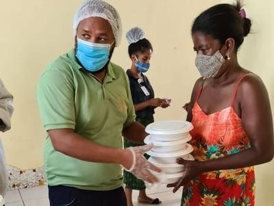 Distribuição de quentinhas para comunidade do Bairro da Paz é realizada na sede do Programa Avançar